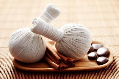 Indická masáž bylinnými sáčky – SARAWANGADHARA